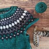 Celui qui monte vite, le #treystasweater de @knit.love.wool ! Je languis de le terminer et aussi de le porter car il est si doux (Pure single) et moelleux (fil double). J'aime beaucoup mon choix de couleurs et je languis d'attaquer le Jacquard du bas du corps. Vous en dites quoi ?  #latelierteinture #laineteintealamain #handdyedyarn #jura #yarnaddict #tricot #yarninspiration #yarnlove #colorworkknitting #knitlovewool