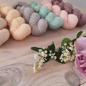 Je ne sais pas vous mais, ces derniers jours, je commence à voir les premiers signes du printemps : le chant des mésanges, quelques pâquerettes sont en fleurs dans l'herbe, les narcisses montrent plus que le bout de leur nez.  J'aimerai vous proposer de nouvelles couleurs douces et j'ai quelques idées mais si vous avez des envies particulières c'est le moment de demander. 😘  #latelierteinture #laineteintealamain #handdyedyarn #jura #yarnaddict #tricot #yarninspiration #yarnlove #knittersofinstagram #yarnstagram #laine #wooladdict