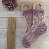 Mes chaussettes Alba de @theknittingbunny réalisées avec le kit Poudré. Elles sont allées réchauffer les pieds de ma maman.  Avez vous vu ma règle à chaussettes de chez @apolonnie ? Perso j'adore et si vous tricotez des chaussettes assez régulièrement, c'est vraiment un super outil (je n'en tricote pas souvent mais j'adore quand même 🤣). Après plusieurs recherches, j'ai trouvé que c'était la plus complète.  Bonne reprise à tous et toutes.  #latelierteinture #laineteintealamain #handdyedyarn #knittingsocks #albasocks #knittingaddict