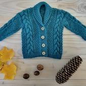 Cadeau de naissance.  Mon amie @jenny.m17 a donné naissance à son deuxième garçon et j'ai tricoté pour l'occasion le #jonescardigan de @tincanknits. J'ai pris beaucoup de plaisir à le tricoter. J'ai utilisé la base Pure DK coloris Pétrole. Ce cardigan est trop craquant !  Et vous, aimez vous offrir des cadeaux fait main pour les naissances ?  #latelierteinture #laineteintealamain #handdyedyarn #jura #yarnaddict #merinoyarn #bleupetrole #wool