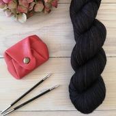 🍁Carbone🍁  Dernière couleur sortie pour cette automne. Elle se parre de nuances différentes selon les bases. Elle a l'air de vous plaire ❣️  Quelles couleurs aimeriez vous retrouver sur la boutique pour le printemps prochain ?  #latelierteinture #laineteintealamain #handdyedyarn #jura #yarnaddict #tricot #yarninspiration #yarnlove #knittersofinstagram #yarnstagram #laine #wooladdict #wool #woollove
