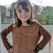 Aujourd'hui, 3eme jour consécutif de gelée matinale. Keyla a sorti son #campfiresweater de @instantsdelouise tricoté par ma chère @crazy_embroider. La laine utilisée est la Pure fingering coloris caramel. J'adore ce plastron plein de cœur.  Toute belle pour aller à l'école. 💕  Bonne journée à tous et bonne semaine ! 😘  #latelierteinture #handdyedyarn #laineteintealamain #jura #yarnaddict #tricot #merinoyarn #instantdelouise #laine