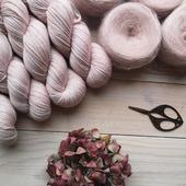 Une nouvelle petite beauté est née la semaine dernière. Elle arrive bientôt en ligne. Un rose pale avec une petite touche de parme. J'ai bien envie de l'appeler magnolia. Qu'en pensez vous ?  #latelierteinture #laineteintealamain #handdyedyarn #jura #yarnaddict #tricot #yarninspiration #yarnlove #knittersofinstagram