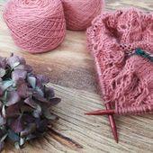 Commencer un nouveau projet... J'ai attaqué un #lovenote pour ma grande dans le coloris Pamplemousse. J'ai choisi le même combo que la dernière fois : Pure single et Duvet. Keyla est impatiente qu'il soit terminé et elle est ravie que pour une fois je tricote pour elle. 😅  #latelierteinture #laineteintealamain #handdyedyarn #jura #yarnaddict #tricot #yarninspiration #yarnlove #mohairyarn #tincanknits #lovenotesweater #singleyarn